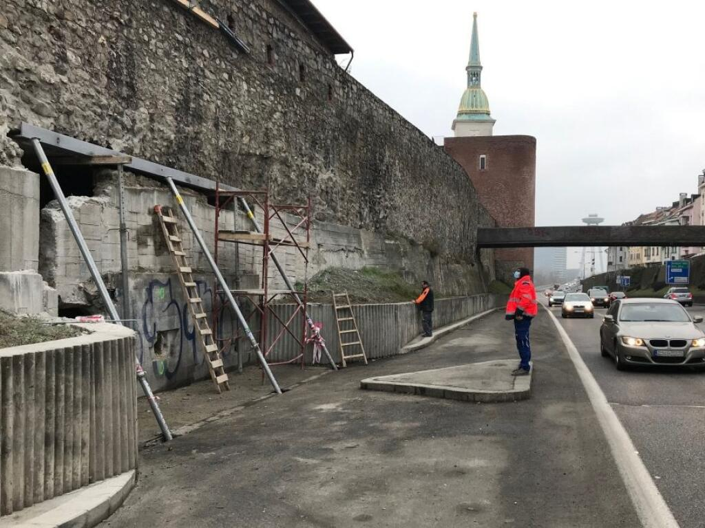 Práce s budovaním tunela na nádvorie Esterházyho paláca sa už začali.