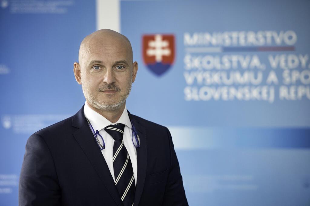 Na snímke minister školstva, vedy, výskumu a športu SR Branislav Gröhling (SaS) pózuje 26. mája 2020 v Bratislave. FOTO TASR - Pavel Neubauer