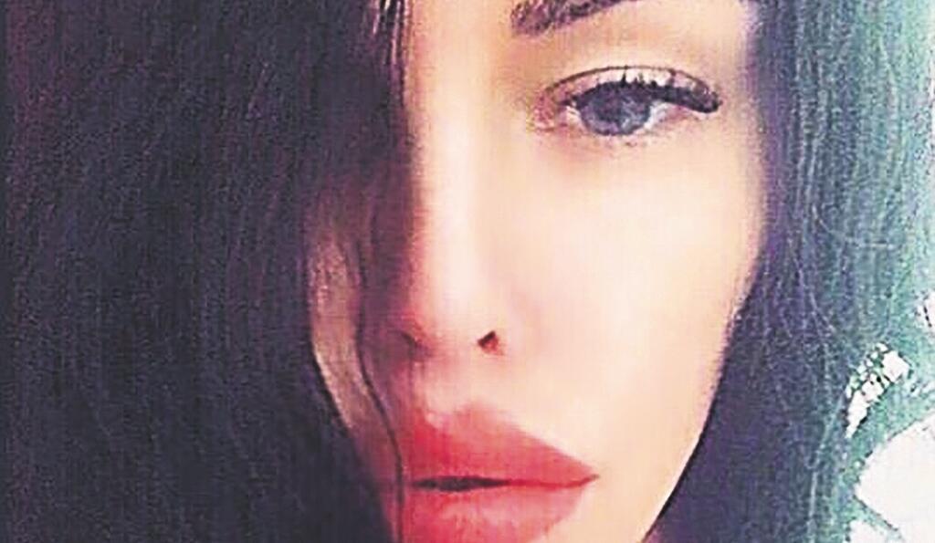 Aj fotkou krásnej tváre sa Alena Zsuzsová prezentovala u politikov a prokurátorov. Posielal fotky modeliek ako: Alexandra Evglevskaya, Gina Lorena, a podobne.