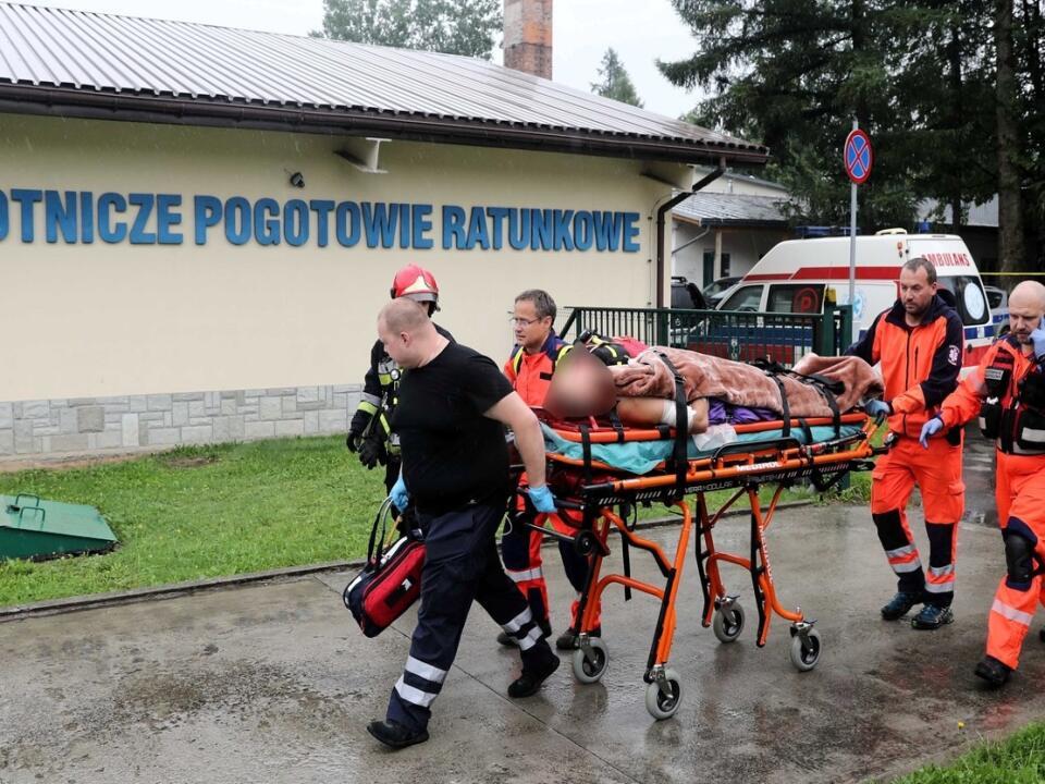 Poľskí záchranári troch ľudí stále nenašli.