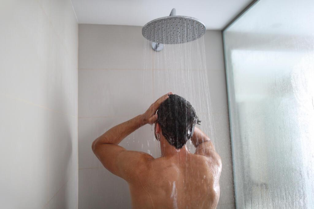 Znaky, že si vlasy umývate príliš často. Chlapi, nepreháňajte to