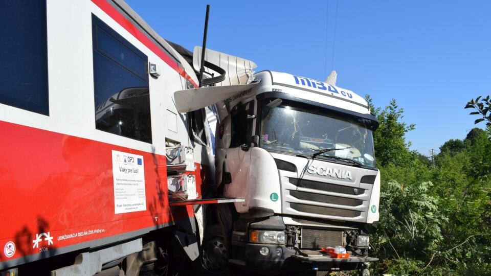 08.00 h 15. 7. 2019 Dolné Krškany: Vodič kamióna utrpel vážne zranenie hlavy aruky.