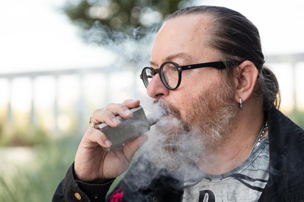 Slávovi (52) sa zdravie zlepšilo po tom, čo z klasických tabakových cigariet prešiel na elektronické, tvrdí.