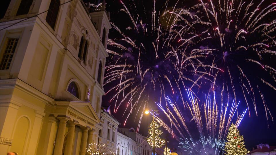 Na snímke je novoročný ohňostroj na Námestí SNP v Banskej Bystrici.
