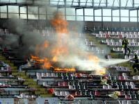 Konflikty z posledného derby Slovana Bratislava proti Spartaku Trnava neboli zďaleka prvým vyhroteným vzájomným zápasom. Medzi nezmieriteľnými rivalmi sa už prihodili viaceré šialenosti.