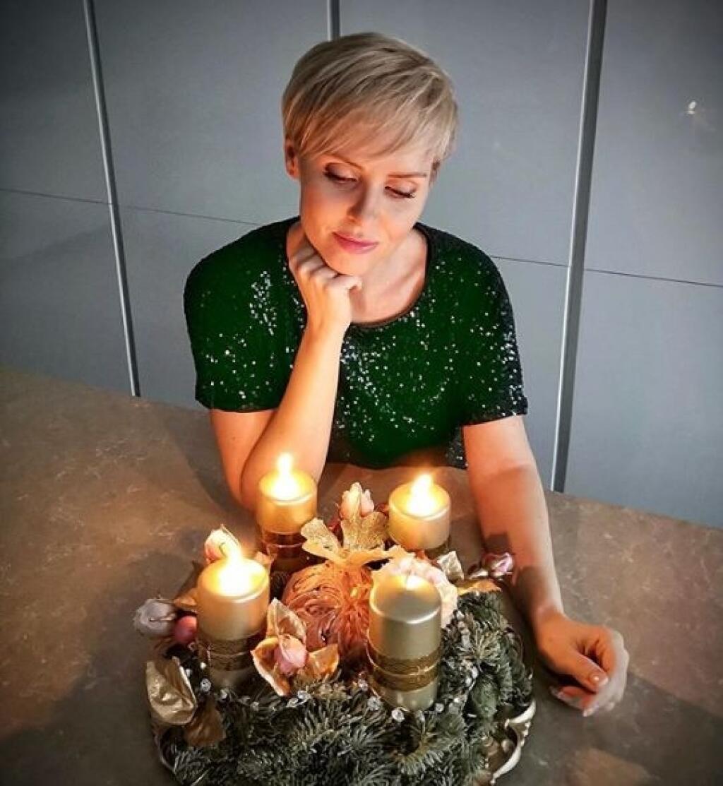 Kvetka Horváthová si zladila adventný veniec do zlatej farby.