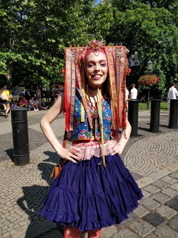 Účastníčka Dúhového pochodu Sandra.