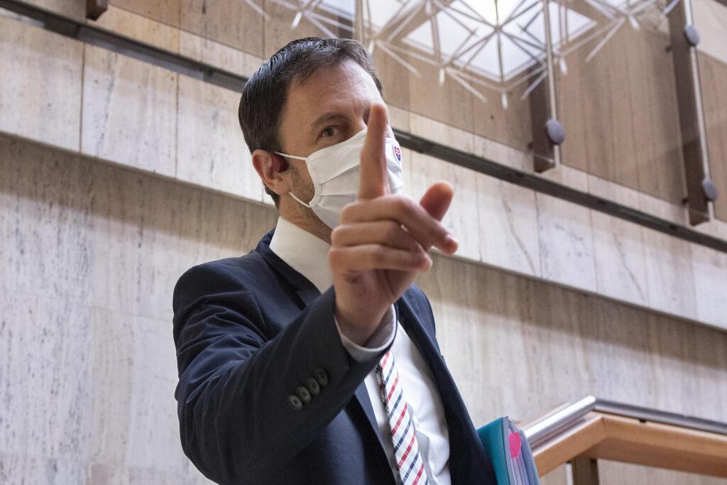 Na hrozbu prepadnutia eurofondov v zákulisí upozorňovalo aj ministerstvo financií, ktoré vedie premiérov blízky spolupracovník Eduard Heger (OĽaNO).