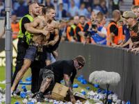 V závere futbalového derby medzi Slovanom Bratislava a Spartakom Trnava sa udial šokujúci incident. Do potýčky futbalistov oboch mužstiev sa zapojili aj fanúšikovia, ktorí vybehli na ihrisko. Jeden z nich dokonca napadol hráča Trnavy Bogdana Mitreu. Polícia už chuligána zadržala, pozrite, kto sa z neho vykľul.