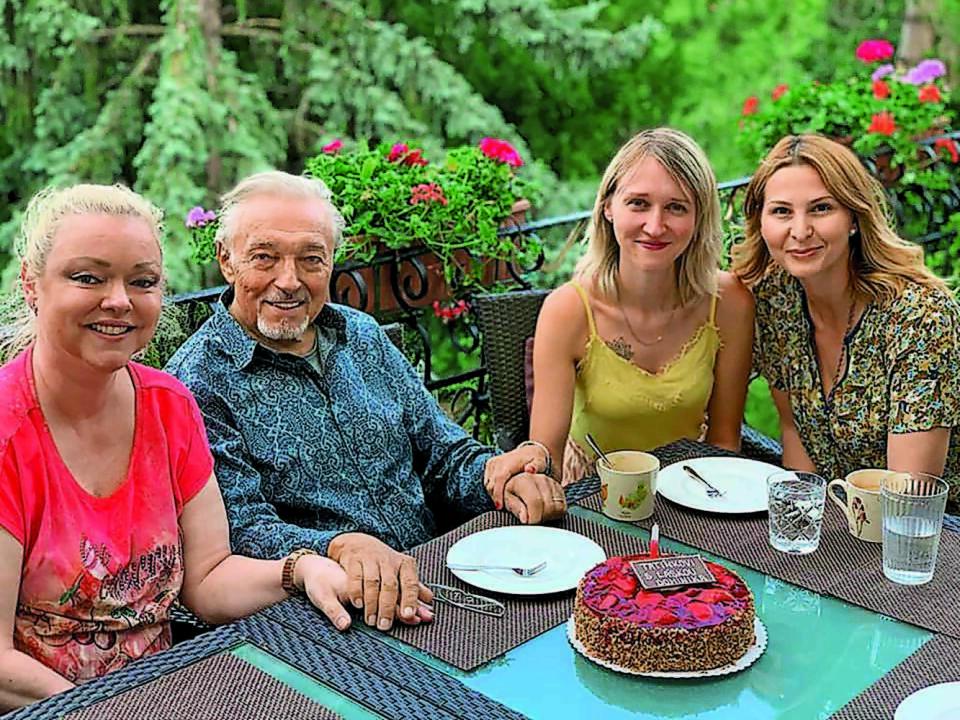 NAPOSLEDY SPOLU Staršie Gottove dcéry Dominika, vľavo, a Lucia s ním oslávili osemdesiatku v polovici leta. Bohužiaľ, v smútočnej reči počas zádušnej omše ich Jiřina Bohdalová nespomenula.
