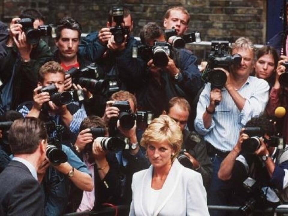 Princezná Diana v obkľúčení paparacov
