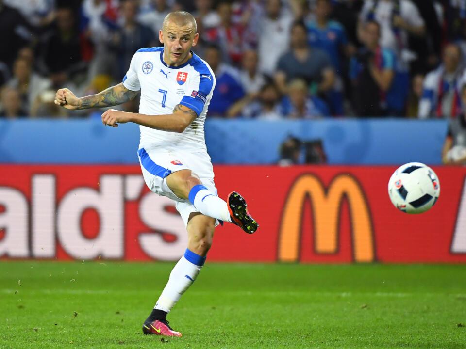 15. 6. 2016 LILLE FRANCÚZSKO: Vladimír Weiss označil za jeden z najkrajších momentov v živote gól do siete Ruska na európskom šampionáte pred tromi rokmi. Strelil ho pred zrakmi svojich rodičov. Zápas sme vyhrali 2:1.