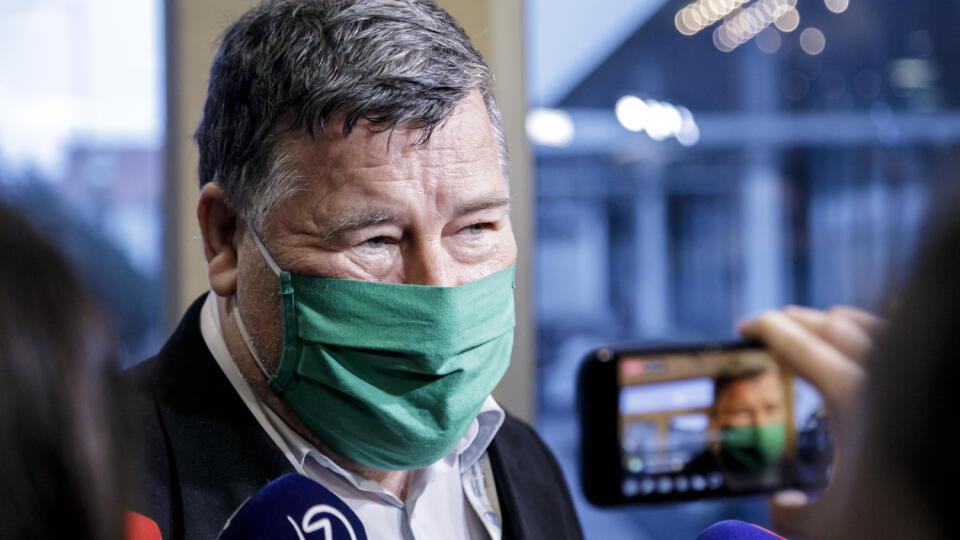Na snímke odborník a infektológ Vladimír Krčméry prichádza na zasadnutie Ústredného krízového štábu (ÚKŠ) 8. decembra 2020 v Bratislave. FOTO TASR - Dano Veselský