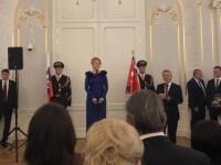 Prišla žena, na ktorú čakajú všetci hostia! Na slávnostnú recepciu do bratislavskej Reduty už dorazila aj nová prezidentka Zuzana Čaputová. Vyzerá priam excelentne! Pozrite sa, ako žiari vnádhernej róbe.