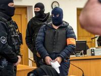 Vyšetrovanie vraždy novinára Jána Kuciaka († 27) a jeho snúbenice Martiny Kušnírovej († 27) je už dlhší čas nádejné aj vďaka obvinenému Zoltánovi Andruskóovi, ktorý od momentu zadržania políciou spolupracuje s vyšetrovateľmi. Aj vďaka nemu sa pracuje s informáciou, že vraždu si mal údajne objednať Marian Kočner (56) cez svoju volavku Alenu Zsuzsovú (45). V dôsledku týchto skutočností sa Andruskó napokon včera dohodol s prokurátorom na vine a treste. Ten mu bude podľa všetkého výrazne znížený.