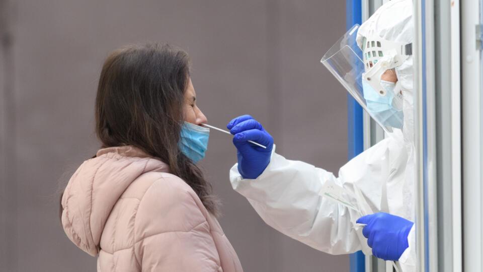 Fakultná nemocnica v Nitre od utorka 20. októbra 2020 pozastavila plánované hospitalizácie pacientov. Ako informovala, k tomuto kroku došlo vzhľadom na prechod nemocnice do tretej reprofilizačnej fázy. Ten súvisí s pandémiou ochorenia COVID-19. Nitrianska nemocnica už 28. septembra reprofilizovala na infekčné lôžka svoje kapacity na piatom poschodí pavilónu chirurgických disciplín. Zároveň pripravila pre pacientov s novým koronavírusom lôžka kliniky anestéziológie a intenzívnej medicíny. Na sním