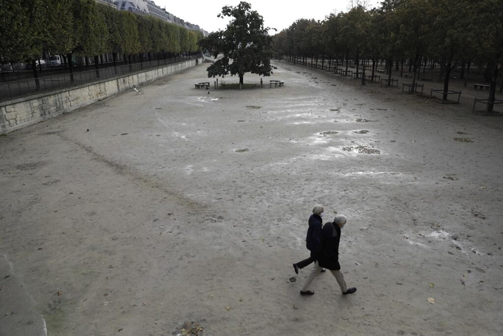 Paris is almost without people on the streets and public spaces