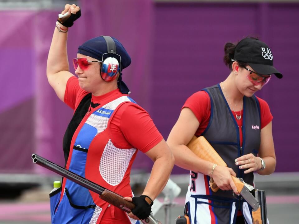 Na snímke slovenská strelkyňa Zuzana Rehák Štefečeková (vľavo) sa teší zo zisku zlatej medaily po triumfe vo finále trapu na XXXII. letných olympijských hrách v Tokiu vo štvrtok 29. júla 2021. Strieborná skončila Američanka Kayle Browningová (vpravo). FOTO TASR - Martin Baumann