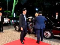 Najprv cukríková ružovo-biela kombinácia, potom dramatická modro-čierna róba so zaujímavými rukávmi. Takéto outfity predviedla slovenská prezidentka Zuzana Čaputová na intronizácii japonského cisára Naruhita.