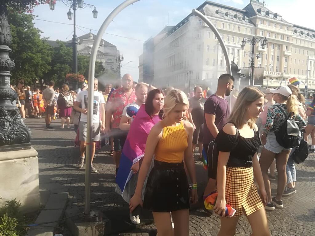 Dav pochodujúci na Dúhovom Pride sa schladil vďaka rozprašovačom vody na námestí.