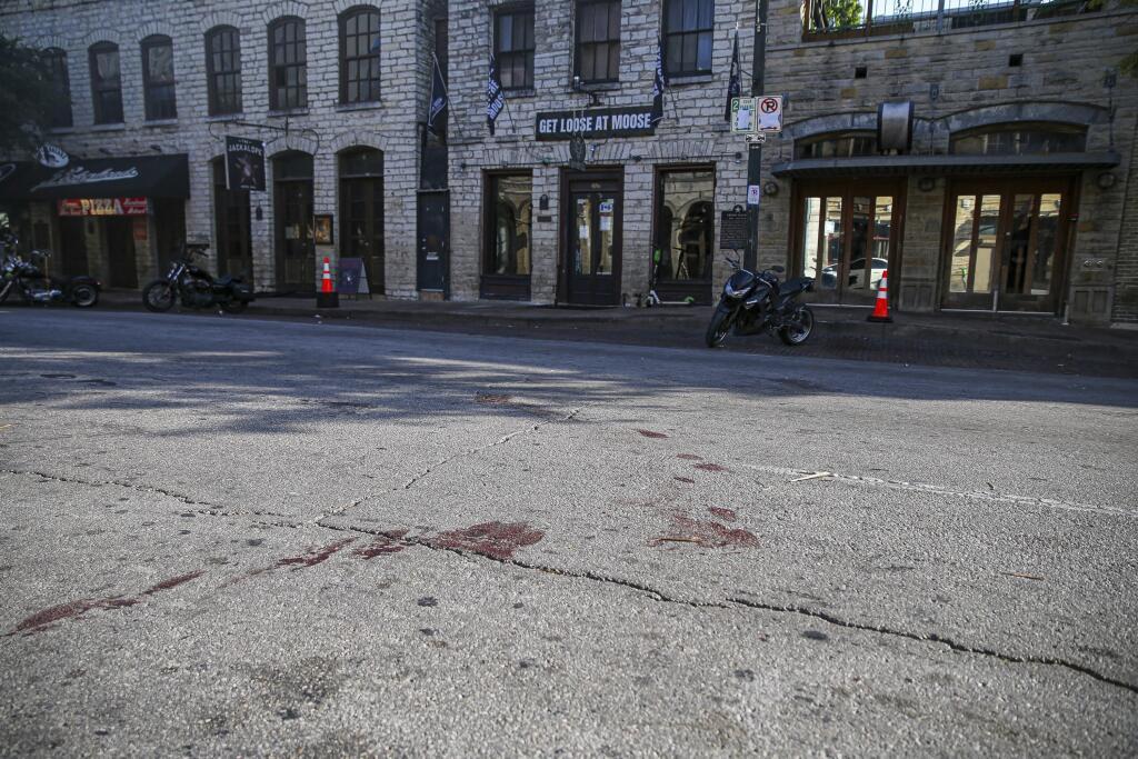 WA 21 Austin - Stopy krvi zostali na Šiestej ulici plnej barov v centre texaského mesta Austin po masovej streľbe, ku ktorej došlo v sobotu ráno 12. júna 2021. Douglasa Johna Kantora (25), ktorého hospitalizovali s kritickými strelnými poraneniami, ktoré utrpel pri streľbe v sobotu skoro ráno o 01.30 h, a zomrel v nedeľu 13. júna o 12.01 h, dodalo policajné oddelenie v Austine v tlačovom vyhlásení. FOTO TASR/AP Blood stains remain on 6th Street after an early morning shooting on Saturday, June