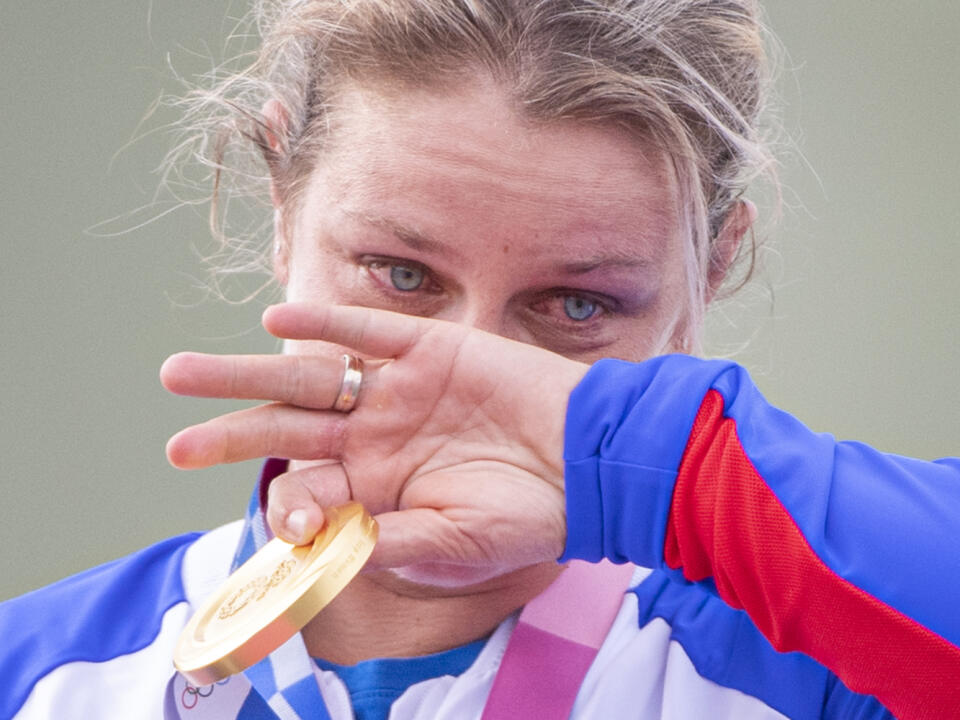 Slovenská strelkyňa počas odovzdávania medailí neudržala slzy. Zlatú medailu možno poslala do neba aj svojmu psíkovi Alexovi.
