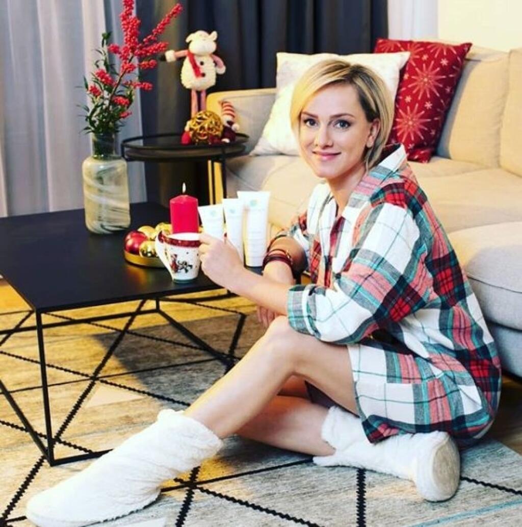 Monika Hilmerová stavila na pohodlné zimné papuče a károvanú košeľu.