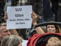 Proti rôznym častiam automobilového priemyslu v Nemecku počas autosalóna IAA vo Frankfurte nad Mohanom protestujú viaceré skupiny obyvateľstva.