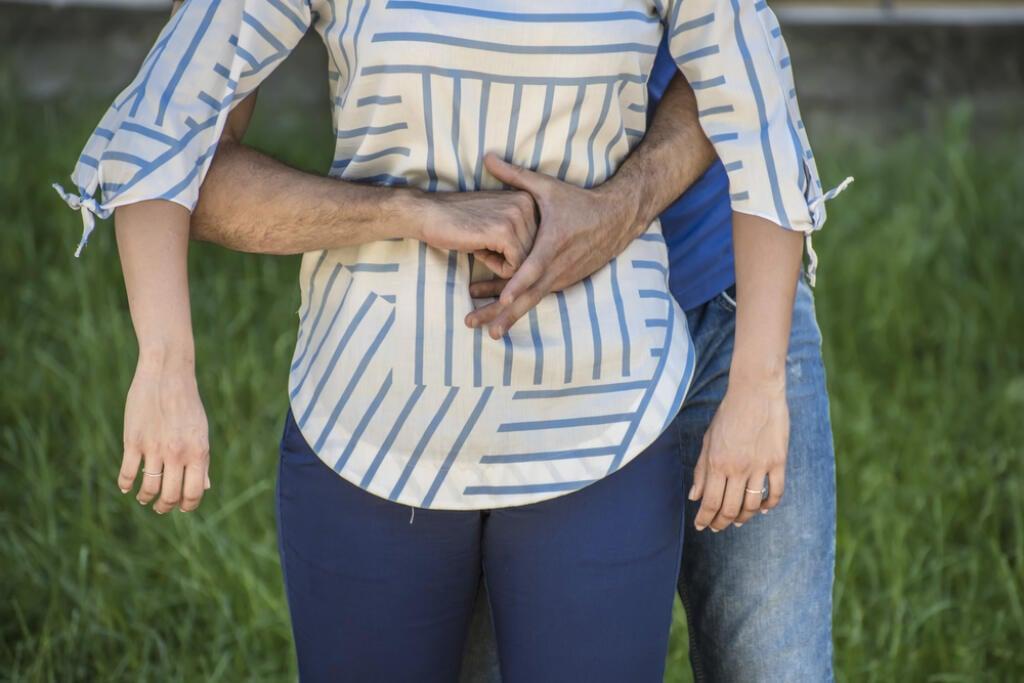 Vstoji za postihnutým natiahnite ruky vpred, zovrite päsť apoložte ju medzi pupok adolnú časť hrudníka. Postihnutého mierne predkloňte. Päsť chyťte druhou rukou aprudko stlačte smerom dovnútra anahor.