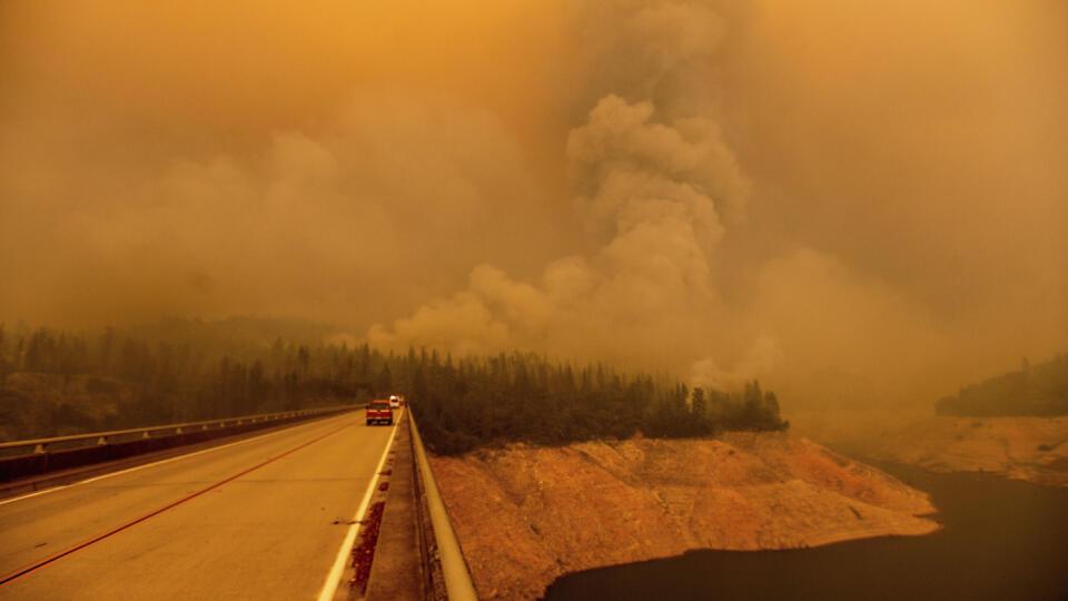 WA 28 Gilroy - Hustý dym stúpa počas lesného požiaru s názvom Bear Fire pri jazere Oroville v americkom štáte Kalifornia 9. septembra 2020. FOTO TASR/AP A plume rises from the Bear Fire as it burns along Lake Oroville on Wednesday, Sept. 9, 2020, in Butte County, Calif. (AP Photo/Noah Berger)