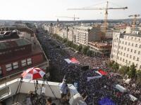 """V Českej republike sa konajú najväčšie protesty od nežnej revolúcie. Zúčastňuje sa ich čoraz viac občanov a nedeľné doslova obrovské. Pozrite si, ako to na protestoch organizovaných spolkom """"Milion chvilek pro demokracii""""."""