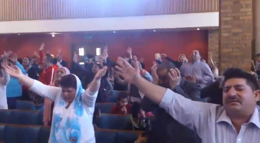 Prejavy na chválach Apoštolskej cirkvi prídu mnohým ako ,,sektárske''.