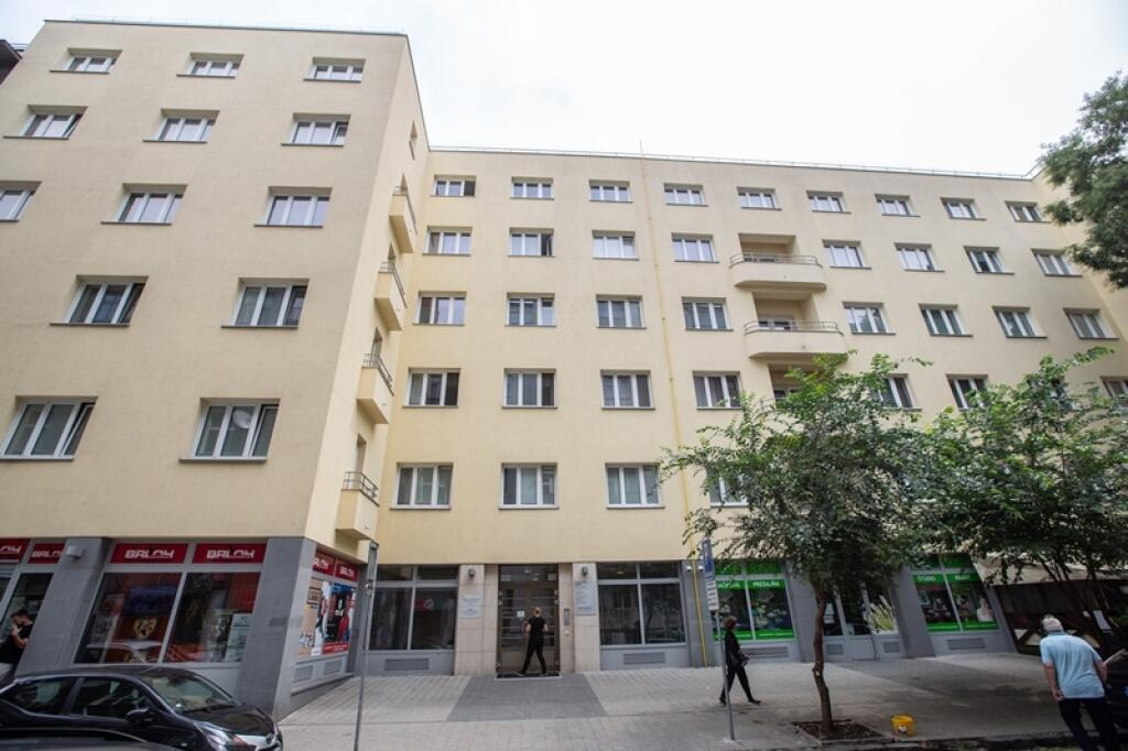 Kauza falošných ošetrovateľov: Zatvorené zariadenie: Klienti domova pre seniorov Iris v centre Bratislavy takmer skončili na ulici. Úrady tvrdia, že sa ich podarilo umiestniť do iných zariadení.