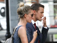 FOTO Manželia Vinczeovci na prechádzke v meste: Adela v ultra mini a aha na Viktorovu ruku!