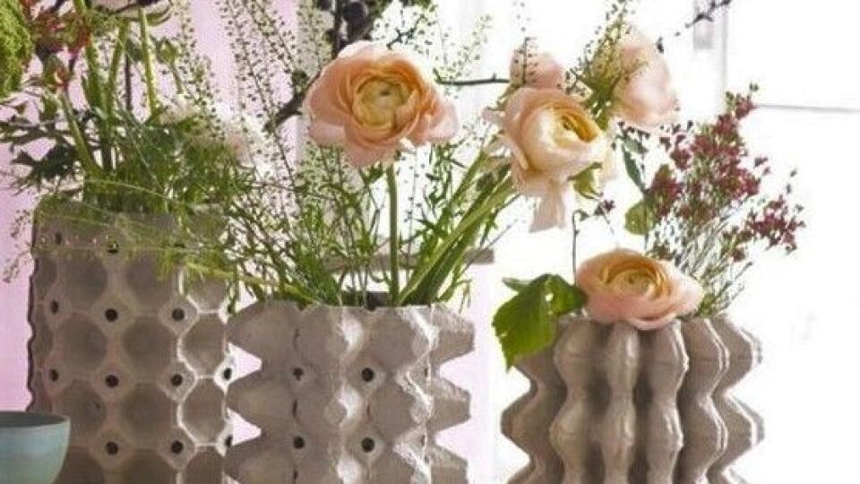 Vázam dodajú obaly od vajíčok nevšedné no stále moderné tvary.