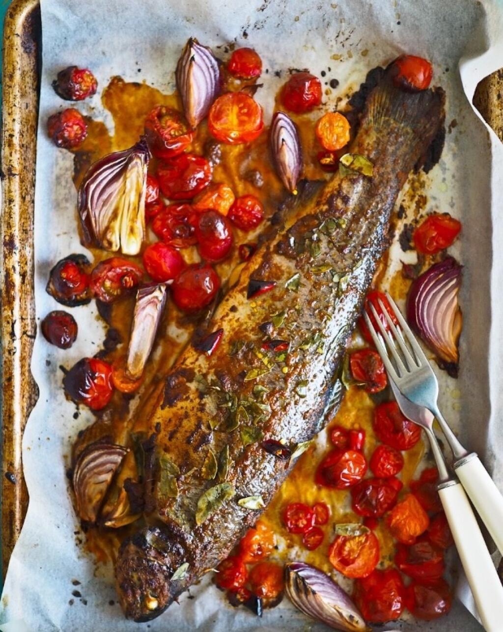 Pstruh pečený na paradajkách a víne. Recept nájdete v článku.