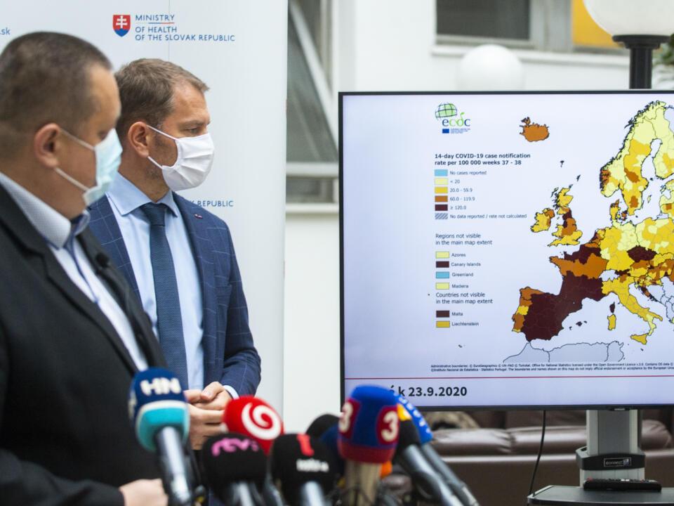 Na snímke zľava hlavný hygienik SR Ján Mikas a predseda vlády SR Igor Matovič (OĽANO) počas tlačovej konferencie po skončení zasadnutia pandemickej koimsie 25. septembra 2020 v Bratislave.