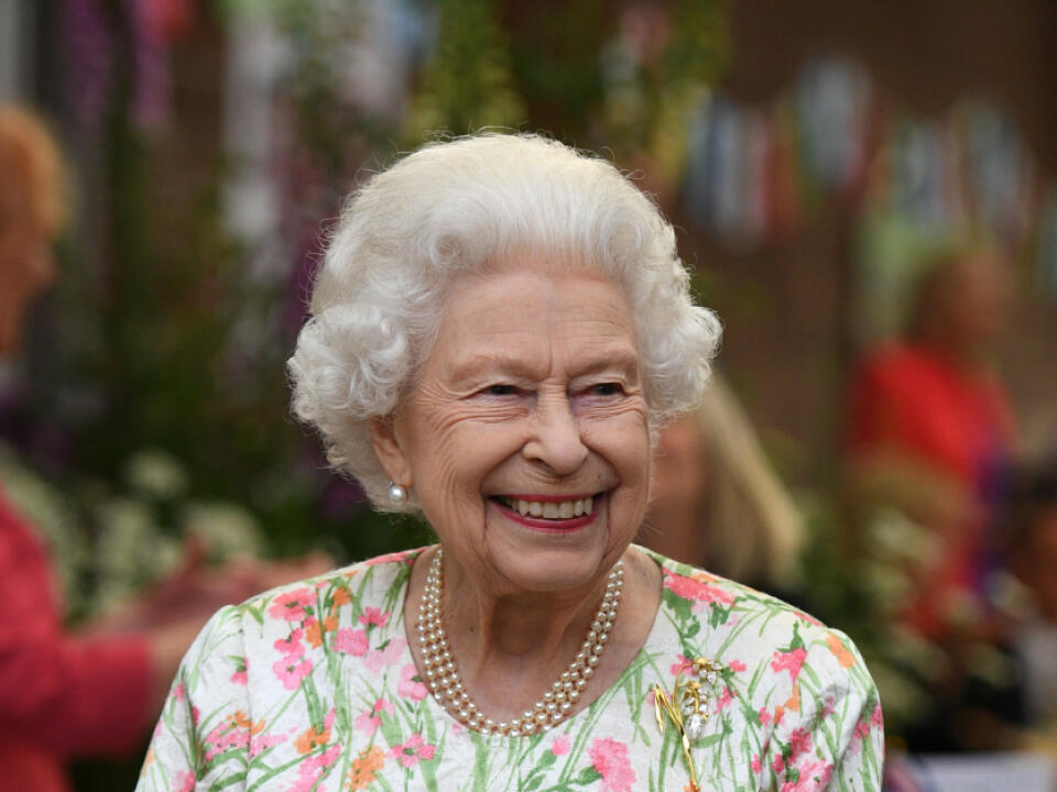 Kráľovná Alžbeta rozdávala úsmevy na všetky strany.