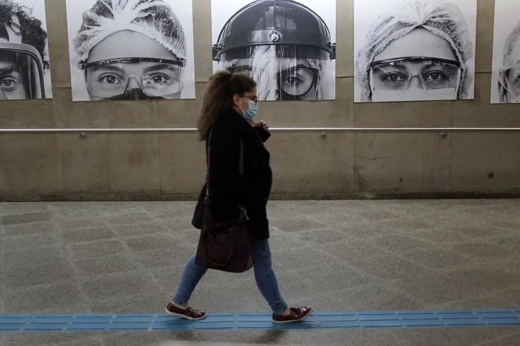 Výstava brazílskeho fotografa Thiaga Santosa v stanici metra v meste Sao Paolo zachytávajúca zdravotníkov bojujúcich s pandémiou koronavírusu.