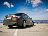 Obľúbený sedan sa vracia do Európy. Jeho ôsma generácia sa dá na starom kontinente kúpiť výhradne s benzínovo-elektrickým pohonom, ktorému ale možno ťažko niečo vytknúť. Okrem techniky schopnej nahradiť diesel poteší japonská novinka aj vnútorným priestorom či komfortným podvozkom.