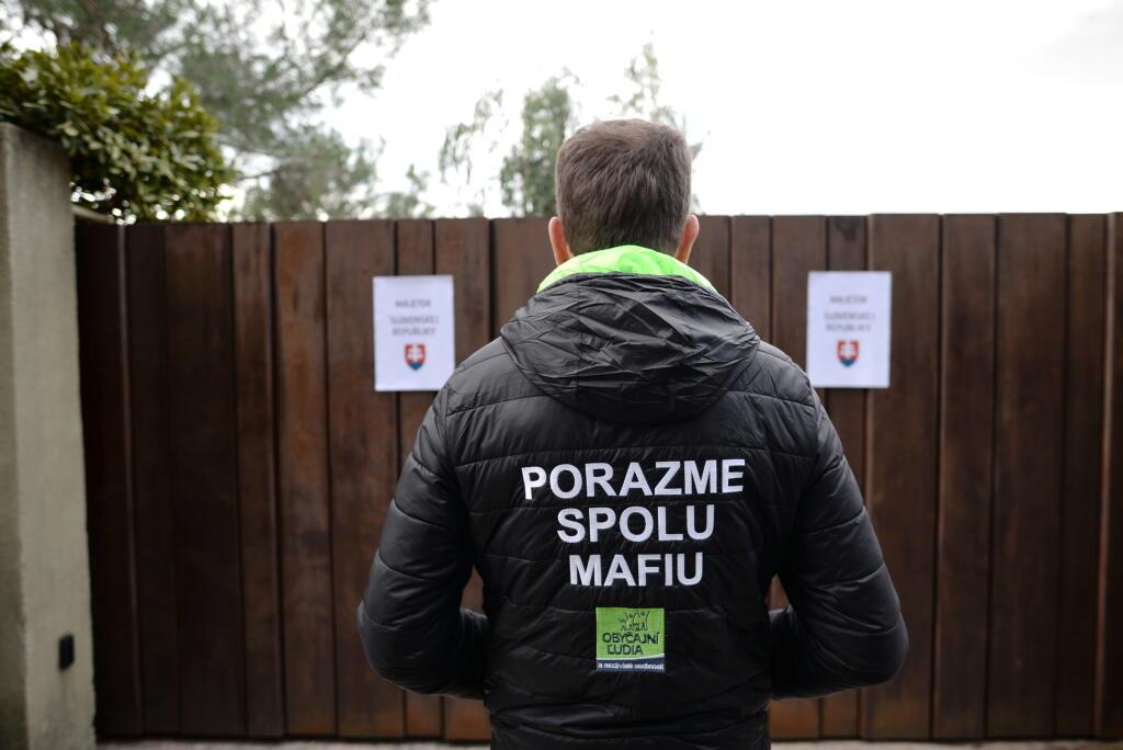 Igor Matovič pred vilou Jána Počiatka v Canes (Francúzsko)