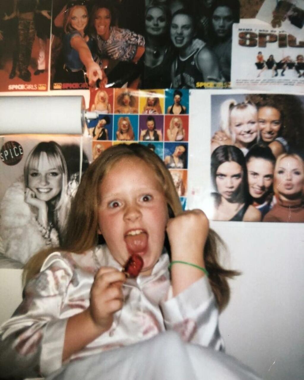Adele ako malé dievčatko. Vyrastala bez otca. Dal prednosť alkoholu.