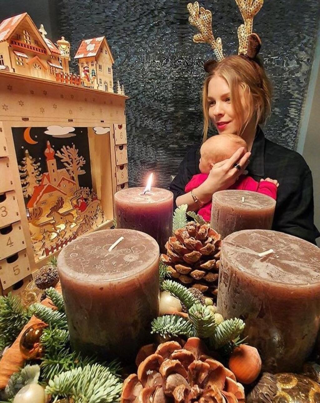 Veronika Cifrová Ostrihoňová počas vianočného fotenia s dcérkou Sárou.