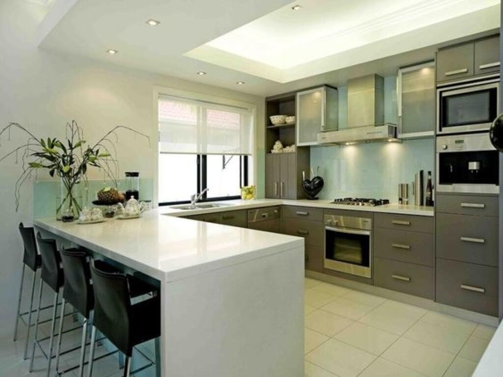 Jedna časť ramena kuchyne predstavuje jedálenský stôl.